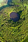 Luftaufnahme des Windsborner Kratersees, Landkreis Daun, Eifel, Rheinland Pfalz, Deutschland, Europa