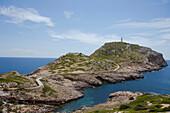 Leuchtturm und Küstenlandschaft unter Wolkenhimmel, Punta de Anciola, Insel Cabrera, Balearen, Spanien, Europa