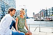 Paar an den Magellan-Terrassen, HafenCity, Hamburg, Deutschland