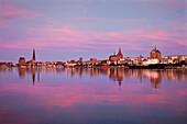Abendrot, Blick über die Warnow zur Altstadt mit Marienkirche, Rostock, Ostsee, Mecklenburg-Vorpommern, Deutschland, Europa
