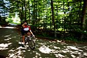 Radrennfahrer  jubelt, Bergisches Land, Nordrhein-Westfalen, Deutschland