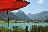 Blick auf den Achensee im Sonnenlicht, Tirol, Österreich, Europa