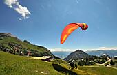 Paraglider an der Erfurter Hütte über Maurach, Rofan Gebirge, Achensee, Tirol, Österreich, Europa