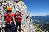 Menschen am Klettersteig im Rofan Gebirge, Achensee, Tirol, Österreich, Europa