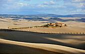 Hügellandschaft unter Wolkenhimmel, Crete, Toskana, Italien, Europa
