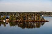 Idyllisch gelegene Häuser auf Insel in den Stockholmer Schären, Blick von Kreuzfahrtschiff MS Astor, Transocean Kreuzfahrten, während einer Kreuzfahrt durch die Ostsee, nahe Stockholm, Schweden, Europa