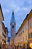 Fussgängerzone und Kirchturm in der Innenstadt am Abend, Brixen, Eisacktal, Südtirol, Alto Adige, Italien, Europa