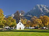 Kapelle zwischen Kastanienbäumen, Martinsplatz, Ehrwald, Mieminger Gebirge, Kapelle, Kastanienbäume, Tirol, Österreich, Europa