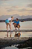 Paar in Sportbekleidung am Seeufer, Starnberger See, Bayern, Deutschland