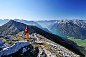 Frau wandert am Unnütz mit Blick auf Achensee, Rofan und Alpenhauptkamm, Unnütz, Unütz, Rofan, Tirol, Österreich