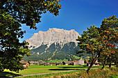 Ehrwald mit Zugspitzmassiv, Wettersteingebirge, Tirol, Österreich