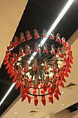 Kronleuchter aus roter High Heels, Landmark,  Einkaufszentrum, Makati City, Insel Luzon, Philippinen