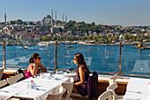 Menschen auf der Dachterasse des Golden City Hotel, Blick auf die Süleymaniye Moschee, Istanbul Türkei, Europa