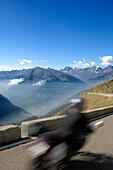 Motorradfahrer auf dem Jaufenpass vor Bergpanorama, Passeiertal, Alto Adige, Südtirol, Italien, Europa