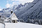 Sebastiankapelle in verschneiter Berglandschaft, Latemar, Eggental, Dolomiten, Südtirol, Alto Adige, Italien, Europa