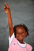 Sénégal, Ziguinchor, Schoolgirl raising her hand