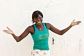 Sénégal, Dakar, Girl welcoming visitors