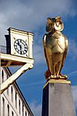 Golden statue of owl, symbol of the City of Leeds, Millennium Square, Leeds, West Yorkshire, England, UK
