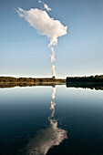 Wolke des Atomkraftwerk Gundremmingen spiegelt sich am Donau Staubecken, Gundelfingen, Bayern, Deutschland
