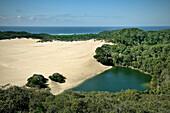 Sandinsel mit Süßwassersee Lake Wabby und Dünen, Meer am Horizont, Fraser Island, UNESCO Weltnaturerbe, Queensland, Australien