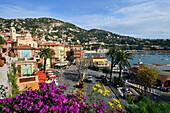 Blick auf Hafenstadt im Sonnenlicht, Villefranche-sur-Mer, Cote d'Azur, Süd Frankreich, Europa