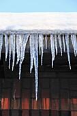 Wetter, strenger Winter, Kaelte, Eis, Eiszapfen an einem Hausdach, Unfallgefahr, D-Oberhausen, D-Oberhausen-Sterkrade, Niederrhein, Ruhrgebiet, Nordrhein-Westfalen, NRW, weather, severe winter, coldness, ice, icicles at a rooftop, accident risk, D-Oberhau