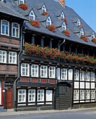 D-Goslar, Gose, Harz, Niedersachsen, Altstadt, Fachwerkhaus in der Baeckerstrasse, Buergerhaus, Blumenschmuck, Geranien, die Altstadt von Goslar gehoert zum UNESCO Weltkulturerbe, D-Goslar, Gose, Harz, Lower Saxony, old city, half-timbered house in the Ba
