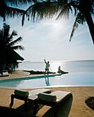Strand, Pool wird morgens gesäubert, Matemwe Bungalows, Nordostküste, Sansibar, Tansania, Ostafrika