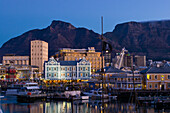 South Africa, Western Cape Province, Cape Town, view on Table Mountain and the pier Victoria & Alfred Waterfront
