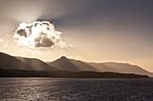 Wolke bei Sonnenuntergang entlang Küste von Beagle-Kanal, Blick von an Bord Kreuzfahrtschiff MS Deutschland Reederei Peter Deilmann, nahe Puerto Williams, Magallanes y de la Antartica Chilena, Patagonien, Chile, Südamerika