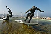 Brunnen mit Skulptur, Surfer, Strandpromenade der Praia Orzan, La Coruna, A Coruna, Camino Ingles, Camino de Santiago, Jakobsweg, Pilgerweg, Provinz La Coruna, Galicien, Nordspanien, Spanien, Europa