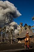 Wegen Aschefall ist das Leben auf Matupi sehr schwer geworden, Tavurvur Vulkan, Rabaul, Ost-Neubritannien, Papua Neuguinea, Pazifik