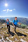 Junge Frau und junger Mann wandern am Grat, Achensee im Hintergrund, Unnütz, Brandenberger Alpen, Tirol, Österreich