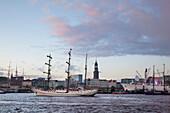 Segelschiff Artemis und Museumsschiff Cap San Diego im Hafen vor dem Kirchturm St. Michaelis, Hamburg, Deutschland, Europa