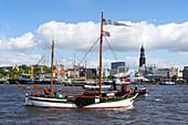 Segelschiff im Hafen vor dem Kirchturm St. Michaelis, Hamburg, Deutschland, Europa