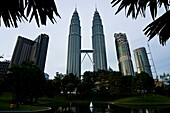 Malasia, Kuala Lumpur, the Petronas Tours designed by the architect Cesar Pelli shelter the Petronas Society, the bigest petrol Malasian company, more than 1 million m2 of shops and entertainment places, a concert hall, a mosque and a multimedia conferenc