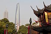 Blick auf Huxinting Teehaus am Yu Yuan Garten und World Financial Center in Pudong, Shanghai, China, Asien