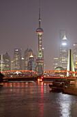 Blick auf Huangpu Fluss, Waibaidu Brücke und Skyline von Pudong bei Nacht, Shanghai, China, Asien