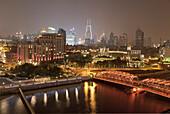 Blick auf Waibaidu Brücke und beleuchtete Häuser bei Nacht, Bund, Shanghai, China, Asien