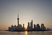 Skyline von Pudong am Huangpu Fluss bei Sonnenaufgang, Pudong, Shanghai, China, Asien