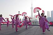 Morgengymnastik, Frauen beim Fächertanz am Bund am Morgen, Shanghai, China, Asien