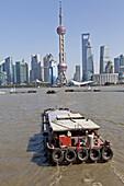 Lastkahn auf dem Huangpu Fluss vor der Skyline von Pudong, Shanghai, China, Asien