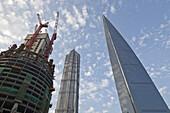 Blick auf Baustelle des neuen Shanghai Tower, Shanghai World Financial Center (Mitte) und Jin Mao Tower (rechts), Pudong, Shanghai, China, Asien