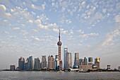 Skyline von Pudong am Huangpu Fluss unter Wolkenhimmel, Pudong, Shanghai, China, Asien