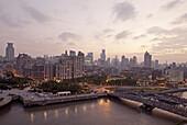 Blick auf Waibaidu Brücke, Huangpu Fluss und Häuser von Bund am Abend, Shanghai, China, Asien