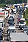 Autobahnstau bei München, Autos stehen im Stau, Bayern, Deutschland