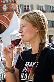 Menschen trinken Wein auf dem Freiburger Weinfest, Juli 2012, Freiburg im Breisgau, Schwarzwald, Baden-Württemberg, Deutschland, Europa