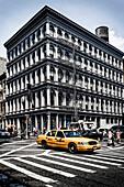 Haughwout Store mit typischem Taxi, ArchiteKt Daniel D Badger, Ecke Broadway und Broome Street, Soho, Manhattan, New York City, New York, USA