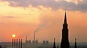 Kohlekraftwerk und Kathedrale bei Sonnenuntergang, Oberschlesien, Polen, Europa