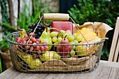 Einkaufskorb mit Obst auf den Tisch im Garten, Obst